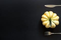 Zucca e coltelleria decorative sulla tavola nera Fotografie Stock