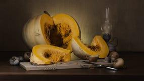 Zucca e luce di natura morta fotografie stock libere da diritti