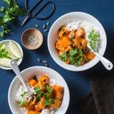 Zucca e riso brasati butirrosi su fondo blu, vista superiore Alimento vegetariano fotografia stock