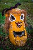 Zucca gialla di Halloween su erba Fotografia Stock Libera da Diritti