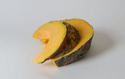 Zucca gialla tailandese affettata isolata con fondo bianco Immagini Stock