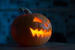 Zucca illuminata di Halloween su fondo nero Immagine Stock Libera da Diritti