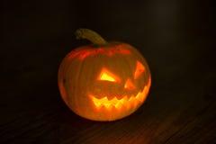 Zucca illuminata di Halloween su fondo nero Immagini Stock Libere da Diritti