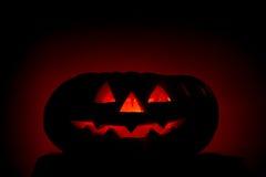 Zucca scarry arancione con gli occhi burning su oscurità Immagine Stock
