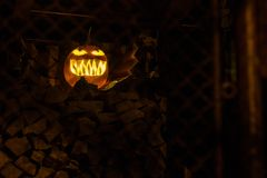 Zucca scura spaventosa di Halloween di notte immagini stock