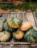 Zucca tailandese sulla tavola di legno nel mercato locale dell'agricoltore immagini stock