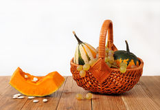 Zucche decorative in canestri di vimini Fotografia Stock