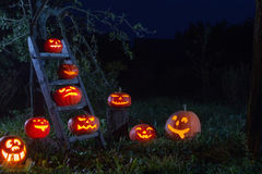 Zucche della Jack-o-lanterna di Halloween all'aperto fotografia stock