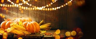 Zucche di Autumn Thanksgiving sopra fondo di legno Fotografia Stock