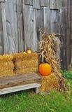 Zucche di autunno sulle balle di fieno Immagini Stock