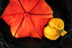 Zucche di Felted Decorando per la festa con i rami e le zucche fatte a mano multicolori Immagine Stock