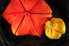 Zucche di Felted Decorando per la festa con i rami e le zucche fatte a mano multicolori Fotografie Stock Libere da Diritti