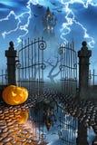Zucche di Halloween accanto ad un portone di un castello spettrale Fotografia Stock Libera da Diritti