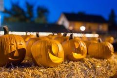 Zucche di Halloween alla notte sulla balla di fieno Immagini Stock