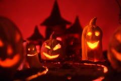 Zucche di Halloween della foresta e del castello spettrali notturni fotografie stock