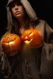 Zucche di Halloween della holding della donna Fotografie Stock