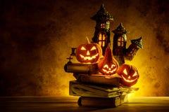 Zucche di Halloween della notte spettrali e del castello su di legno immagine stock libera da diritti
