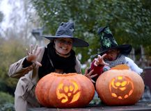 Zucche di Halloween e due streghe Fotografie Stock