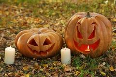 Zucche di Halloween in foglie di autunno Immagini Stock Libere da Diritti