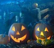 Zucche di Halloween in iarda grave Immagini Stock