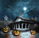 Zucche di Halloween nell'iarda di vecchia casa alla notte Immagini Stock Libere da Diritti
