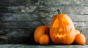 Zucche di Halloween su legno immagini stock libere da diritti