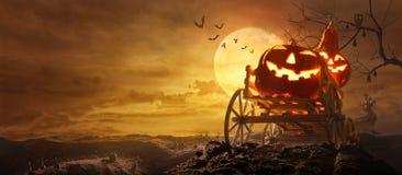 Zucche di Halloween sul vagone dell'azienda agricola che passa tramite la strada allungata gr fotografia stock libera da diritti
