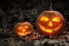 Zucche di Halloween sulle rocce alla notte Immagini Stock