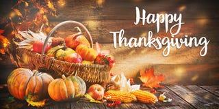 Zucche di ringraziamento con i frutti e le foglie cadenti Fotografie Stock Libere da Diritti