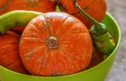 Zucche e peperoncini verdi in una ciotola Fine in su Fuoco selettivo fotografia stock