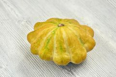 Zucche gialle del cespuglio su fondo di legno bianco Giardino, agricoltura e concetto di azienda agricola Immagini Stock