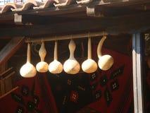 Zucche lunghe decorative bianche sospese al balcone di una casa in Bulgaria Fotografia Stock Libera da Diritti