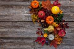 Zucche, mele, pere, orologi e candele Concetto di Halloween fotografia stock libera da diritti