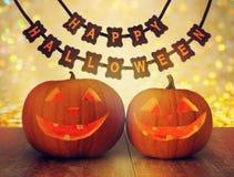 Zucche scolpite e ghirlanda felice di Halloween Immagini Stock Libere da Diritti