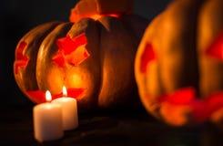 Zucche spaventose di Halloween con i fronti Immagine Stock