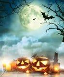 Zucche spettrali di Halloween sulle plance di legno Fotografia Stock