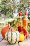 Zucche sulla tavola di legno nel giardino Fotografie Stock