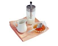Zuccheri l'intaccatura, la ciotola dell'ostruzione, brocca di latte colta per la prima colazione Immagini Stock Libere da Diritti