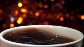 Zuccheri la caduta in una tazza di caffè espresso caldo Movimento lento video d archivio