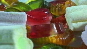 Zuccheri la caramella gommosa della gelatina di colore che gira sulla tavola video d archivio