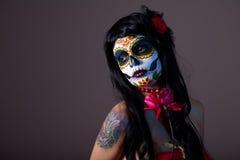Zuccheri la ragazza del cranio con colore rosso è aumentato Fotografia Stock Libera da Diritti