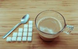 Zuccheri a livello per una tazza di caffè per controllo di calorie Fotografie Stock Libere da Diritti