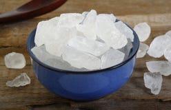 Zucchero bianco della roccia in ciotola Immagine Stock Libera da Diritti