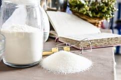 Zucchero bianco e farina per la cottura sulla tavola Fotografie Stock