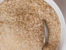 Zucchero bruno con il cucchiaio d'argento Fotografia Stock Libera da Diritti