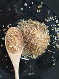 Zucchero bruno con il cucchiaio sul piatto Immagine Stock Libera da Diritti