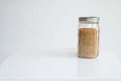 Zucchero bruno sulla tavola bianca Fotografie Stock Libere da Diritti