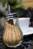 Zucchero-ciotola con zucchero marrone Fotografia Stock
