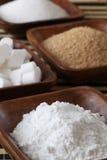 Zucchero in ciotole di legno fotografia stock