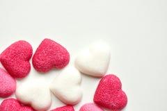 Zucchero con le forme del cuore su fondo bianco Immagine Stock Libera da Diritti